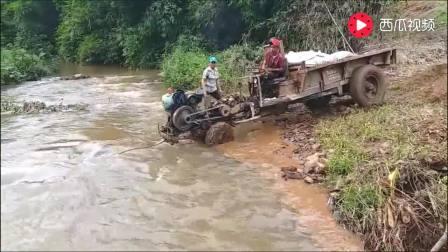 越南小哥想开手扶拖拉机过河上岸, 但路没选对 最后可烦心了