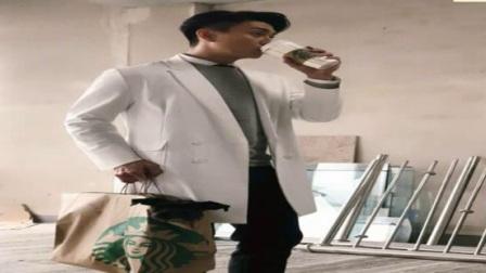 男神黄宗泽发微博晒帅照,点开大图粉丝竟发现,他带着小狗喝咖啡