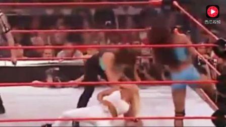 WWE 女子内战 史上最强世界女冠军果然不一样 吓跑裁判
