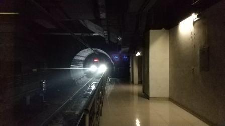 西安地铁一号线列车驶入通化门站