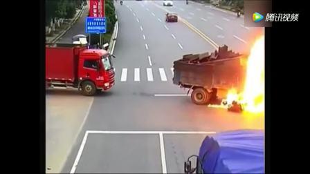 太可怕了! 摩托车刹不住了, 撞在卡车上却发生了这惊险一幕