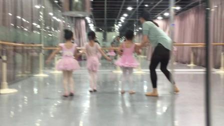 小女孩的芭蕾舞