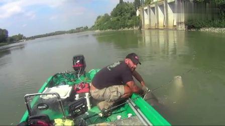 钓鱼: 一百多斤的大鲶鱼, 拉上来能吹一辈子了