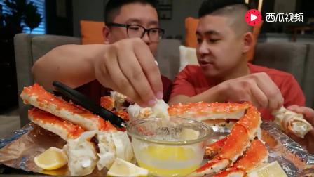 国外两位帅哥吃帝王蟹腿, 掰开壳都是肉, 大口吃真爽