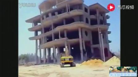 实拍: 挖掘机拆房失败, 直接把自己活埋了