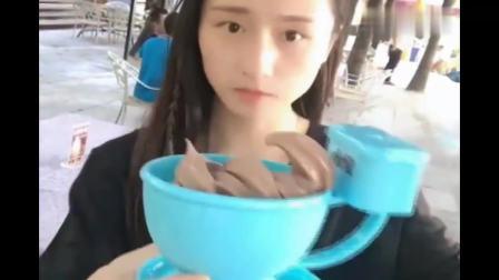 美女户外买冰淇淋吃, 杯子很有创意