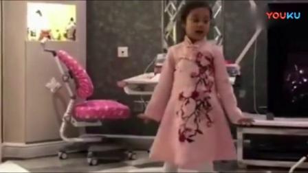 小甜馨穿着粉色小裙子, 随着音乐翩翩起舞, 越长大越漂亮了!