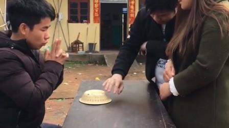 搞笑视频:农村小伙跟朋友表演魔术,没想到他竟是骗子