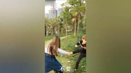 搞笑视频:美女问小伙会不会娶她,没想到小伙的理解能力太高深了
