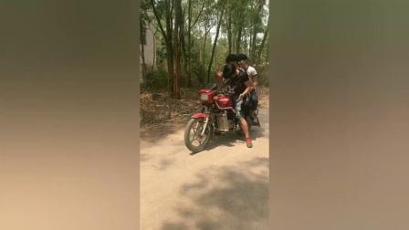 搞笑视频:农村小伙套路摩托车司机,一分钱不出就坐上车了