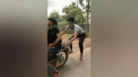 搞笑视频:农村表哥带表弟去泡妞,这车技真是让人担忧