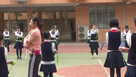 小學體育人教版五六年級《1.向前、向后搖繩編花跳》河南段佳潔