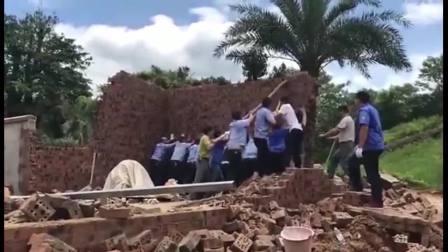 城管合力推倒砖墙, 突然死神来了, 意外还是没躲掉