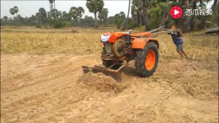 越南小孩用手扶拖拉机推土, 这么小用拖拉机, 估计这是他玩具!