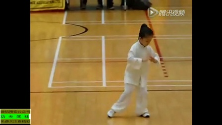 小美女演练太极拳! 有模有样! 表演逆天了