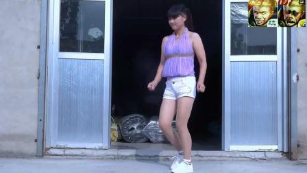 背心加短裤 农村小媳妇版广场舞 在家孤寂的独舞