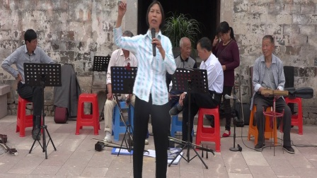 台州仙居县西乡民乐队在埠头村文化广场戏迷表演快板(仙居本地方言)。
