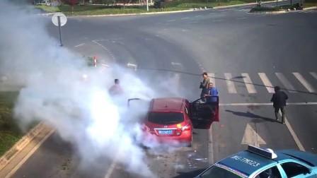 车内鞭炮突然被引燃 瞬间烟雾笼罩烟花四溅