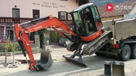 挖掘机自己从卡车上面爬下来, 看看它是怎么操作的