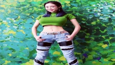 """潘春春现身某直播平台,与粉丝互动捞金,""""中国第一凶""""大秀换装"""