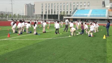 《足球-脚内侧运球》二年级体育,杨春明