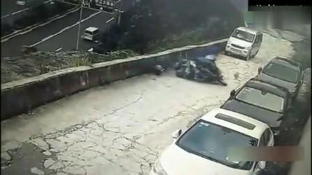 男子骑摩托车拉了九个煤气罐, 监控拍下危险画面