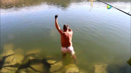钓鱼: 大鱼拉出水面的那一刻所有人都激动了