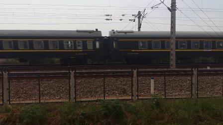 SS9G型电力机车牵引K1196次列车和西局西段的SS7E型电力机车牵引Z126次列车在京广线滠口站附近相遇