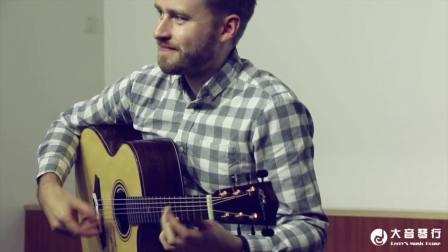 威尔·麦尼科演示如何用吉他模仿卡林巴琴