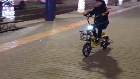 儿子会骑共享电动车了