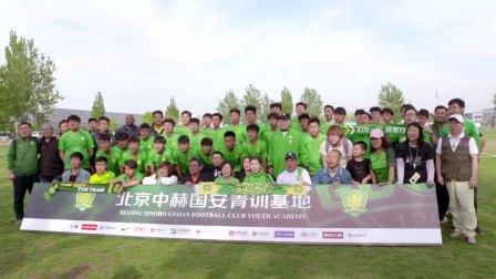 球迷与队员合影 为北京足球的明天加油