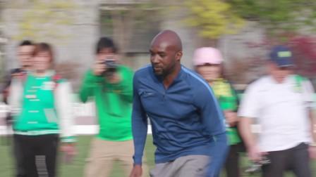 球迷球员零距离接触 足球游戏欢乐无限