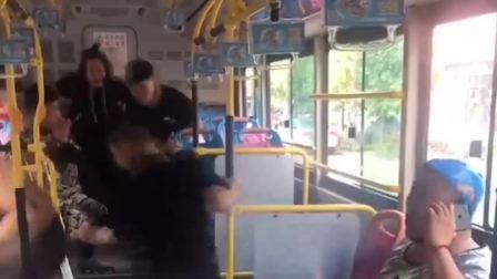 二货作死要在公交车吓乘客, 大家真想狂扁他