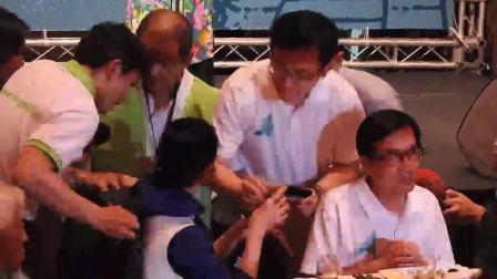 前主播璩美鳳突破人群 坐到陳水扁身旁敬酒