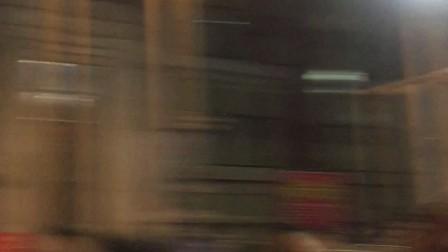 贵阳花果园出租车和黑车因抢乘客,气焰嚣张.怎么?你还想拿雨伞打我是不?