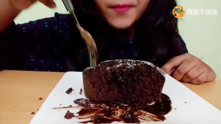 妹子吃巧克力蛋糕, 切开流出浓香巧克力酱