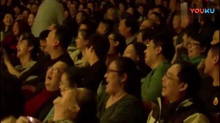 郭德纲正说相声, 观众台前来照相, 结果遭挤兑, 太逗了!