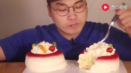 大胃王豪放哥吃两个小蛋糕, 满嘴奶油吃的真爽啊