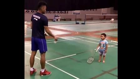 羽毛球从娃娃抓起!苏卡穆约教艾哈迈德小孩打球