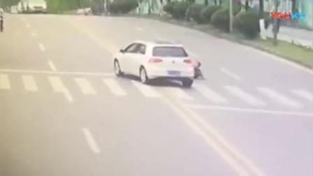 """玩儿命!男子当街""""碰瓷"""" 将车子撞出大坑_高清"""