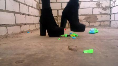 小姐姐高跟靴子踩玩具小车
