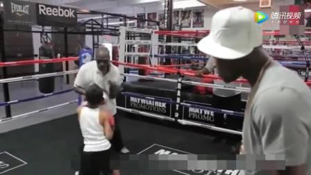 未来的拳王! 梅威瑟俱乐部内天才拳击少年引拳王亲自上台观看训练