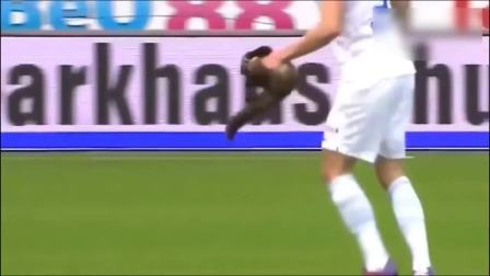 足球幽默滑稽时刻, 裁判被球员出示黄牌警告还笑得那么开心