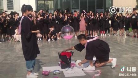 毕业典礼上的求婚,被女生的脱帽和鞠躬感觉很甜