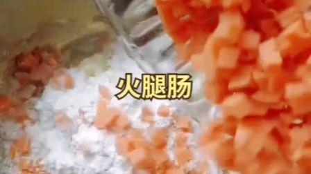 土豆葱油糕 食材: 土豆, 小葱, 火腿肠, 糯米粉