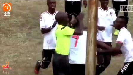 足球赛场上裁判也要有魄力有胆识  掏牌不当也会