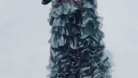我的背影女神厉害了,这件礼服还是去年过生日买的,今年打算在入手一件白色,宝贝你是妈妈这辈子的小公主👸