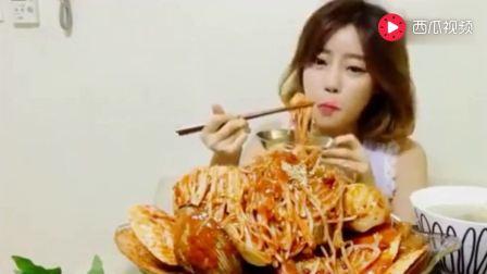韩国大胃王吃播, 美女主播吃巨大辣级蒸贝、金针菇, 看饿了