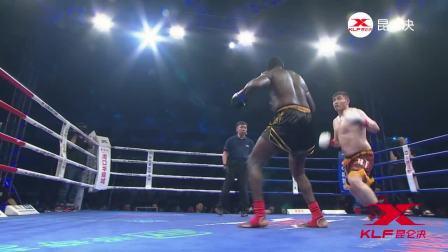 中国猛将暴打黑人拳王, 竟然一拳打飞, 跌到裁判席那去