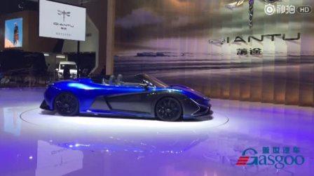 [前途汽车]中国纯电动汽车品牌#前途汽车#展示了前途K50,K50在透明展台上旋转,犹如一只蜻蜓轻盈地滑过,彰显了电动跑车的运动性和平顺性。